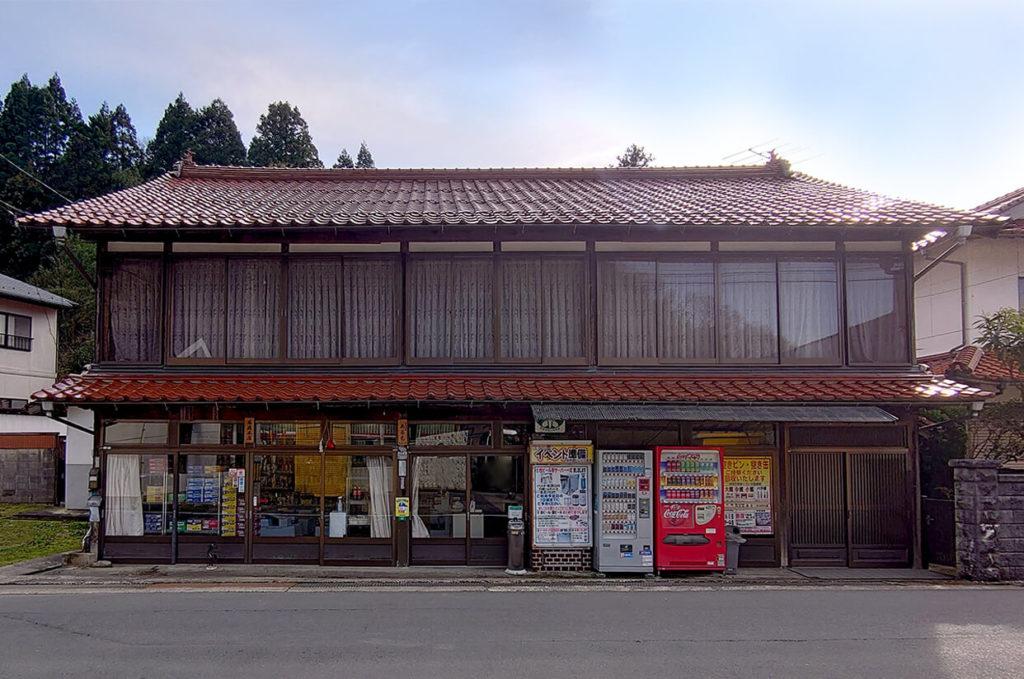 昔ながらの佇まいの馬庭本店の店舗外観